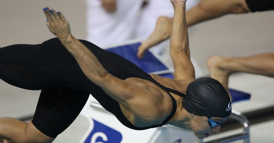 Daiene Dias cai na água para a bateria eliminatória dos 100m borboleta