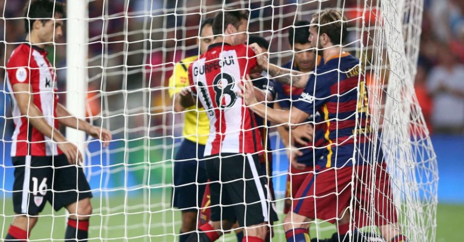 Jogadores trocam empurrões após gol de Lionel Messi