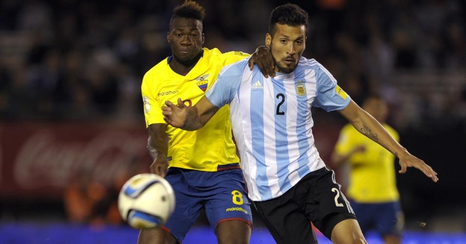 Facundo Roncagli disputa bola com equatoriano Felipe Caicedo durante partida entre Argentina e Equador pelas Eliminatórias Sul-americanas para a Copa do Mundo de 2018