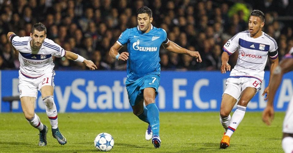 Jogador da seleção brasileira, Hulk, do Zenit, arranca com bola no jogo contra o Lyon, na França