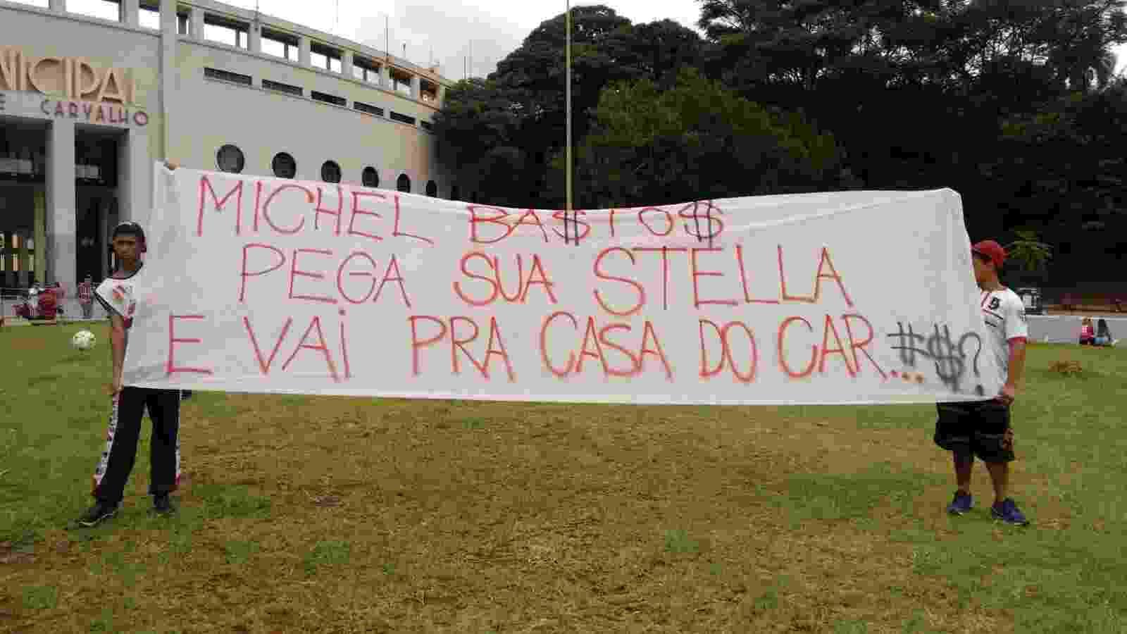 Torcedores do São Paulo protestam contra jogadores e direção do clube antes de partida pelo Campeonato Paulista no Pacaembu - Vanderlei Lima/UOL