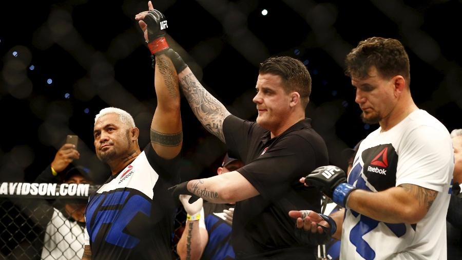 Mark Hunt venceu Frank Mir por nocaute no UFC Austrália em 2016
