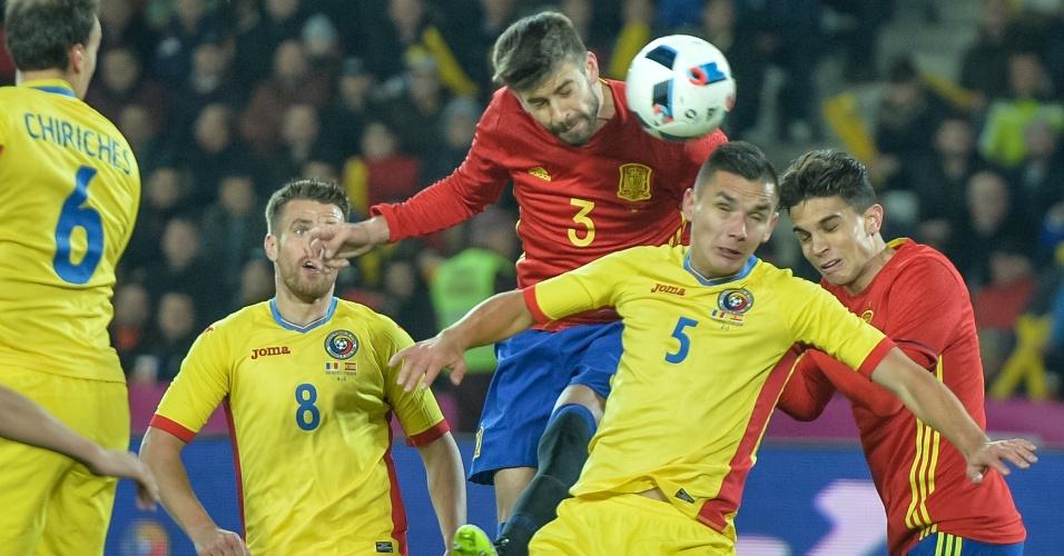 Pique disputa bola pelo alto com Hoban, durante partida entre Espanha e Romênia