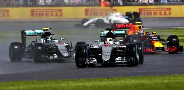 Verstappen tem se colocado no meio da briga das Mercedes nas últimas provas - Clive Mason/Getty Images