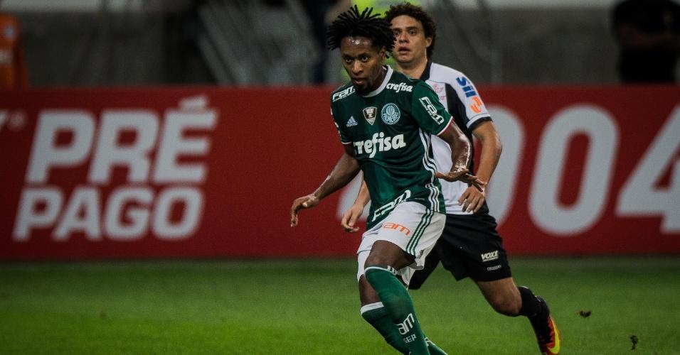 Zé Roberto avança com a bola no clássico entre Palmeiras e Santos pela 14ª rodada do Campeonato Brasileiro