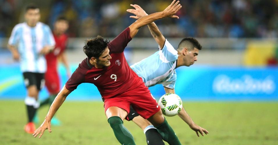 Lautaro Giannetti disputa bola na estreia da seleção argentina pela Olimpíada