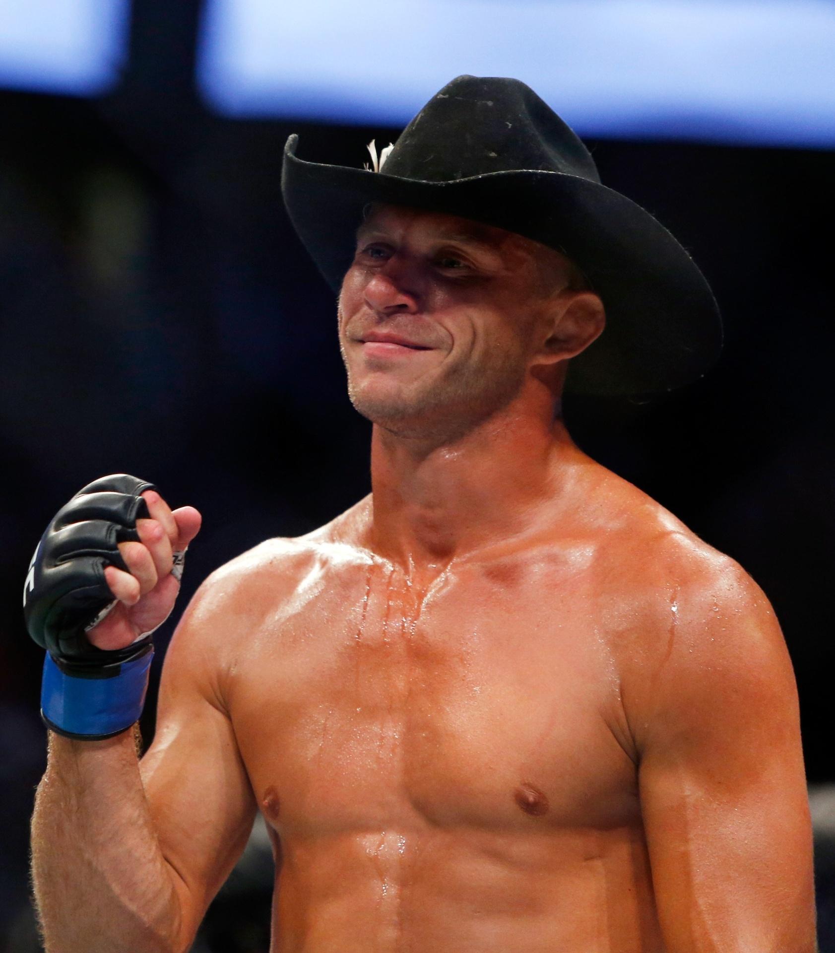 Donald Cerrone celebra após derrotar Rick Story no UFC 202