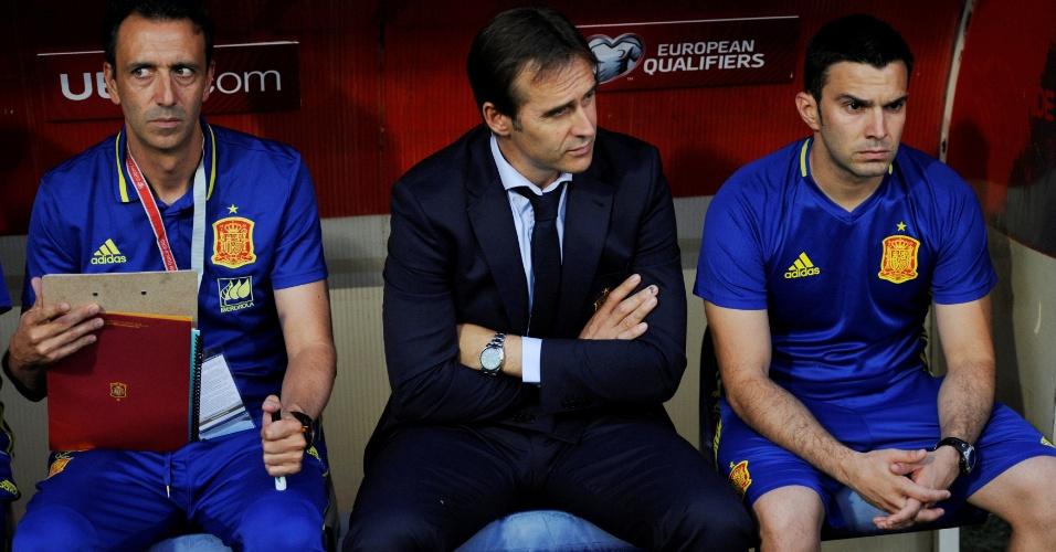 Julien Lopetegui assiste a seu primeiro jogo oficial no comando da Espanha