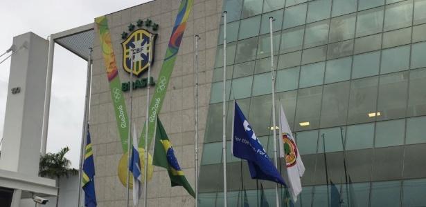 CBF presta homenagem a Carlos Alberto Torres com bandeira a meio mastro