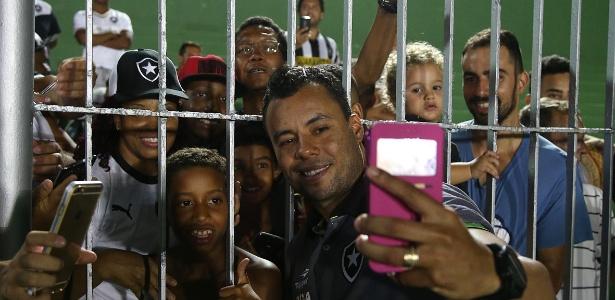 Jair Ventura atendeu vários pedidos de selfie após jogo entre Botafogo e Boavista, em Saquarema
