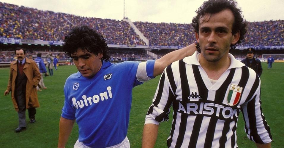 Maradona afaga cabeça de Platini: grandes craques de Napoli e Juventus nos anos 80