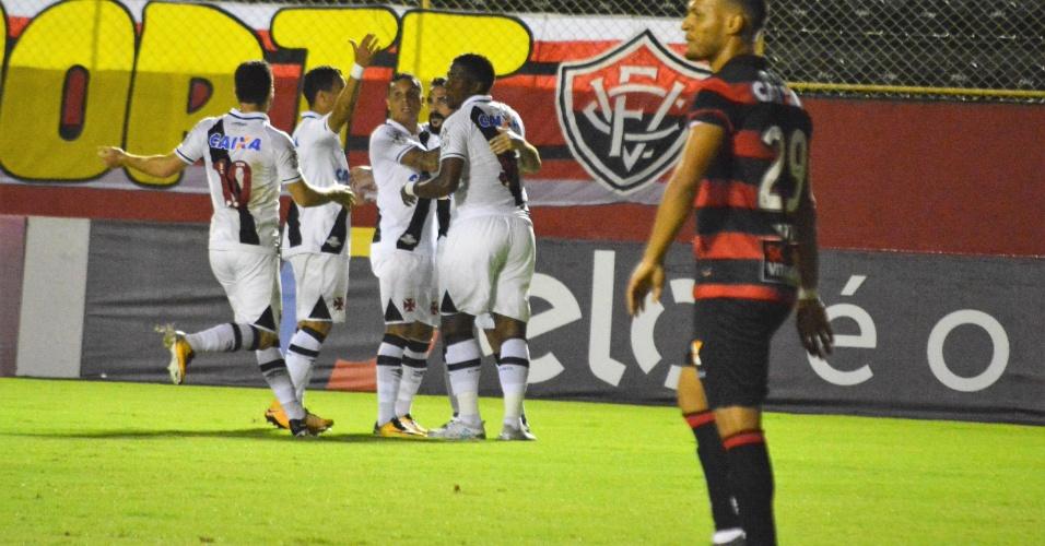Jogadores do Vasco comemoram gol de Thalles contra o Vitória