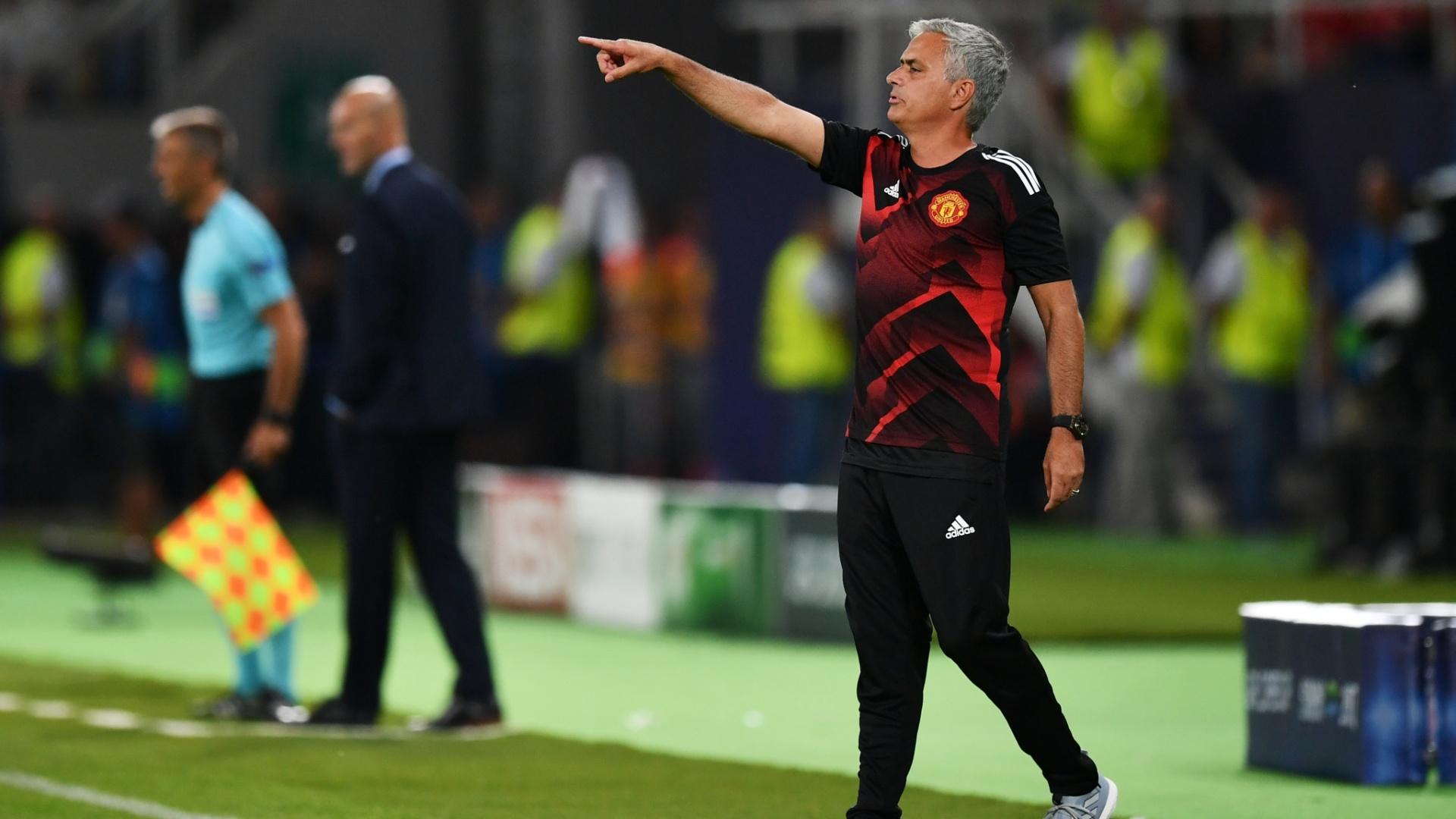 Jose Mourinho comanda a equipe do Manchester United diante o Real na Supercopa da Europa