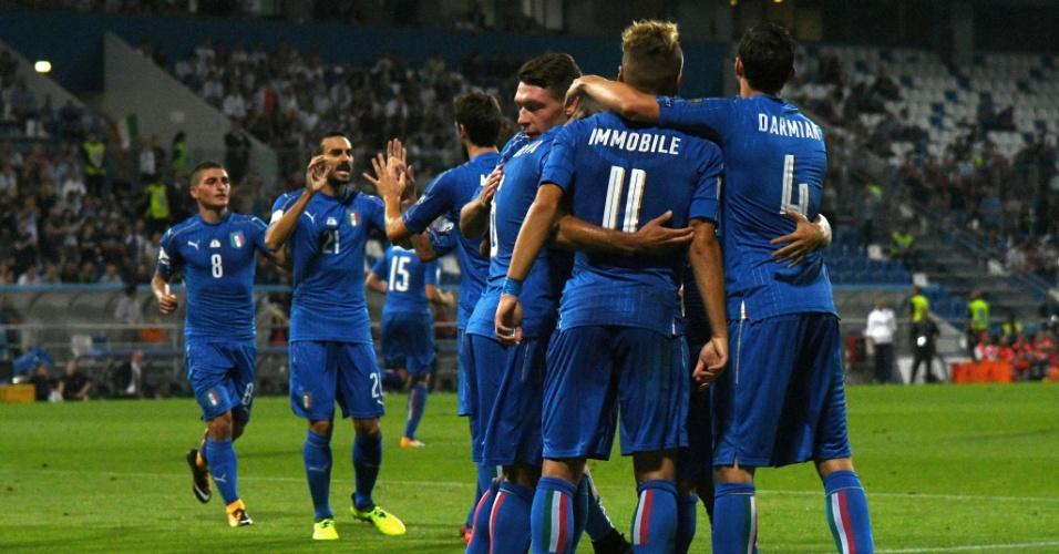 Jogadores da Itália comemoram gol marcado contra Israel