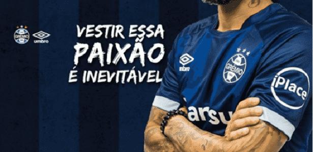 Grêmio lança no modelo de terceiro uniforme em azul - Divulgação/Grêmio