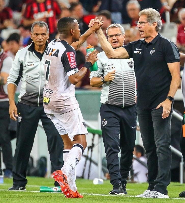 Oswaldo de Oliveira quer resgatar a confiança dos jogadores do Atlético. Com Robinho começou a funcionar