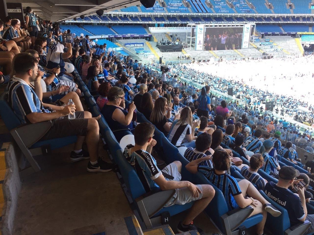 Torcedores acompanham a final do Mundial de Clubes por telões na Arena do Grêmio