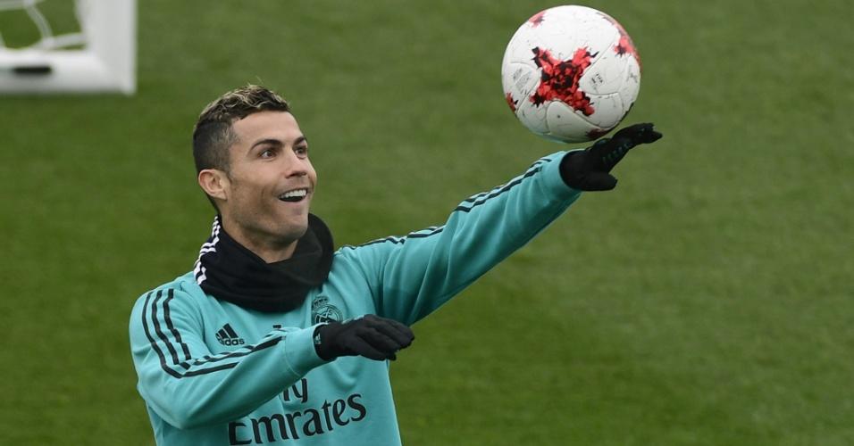 Cristiano Ronaldo brinca com a bola em treino do Real Madrid