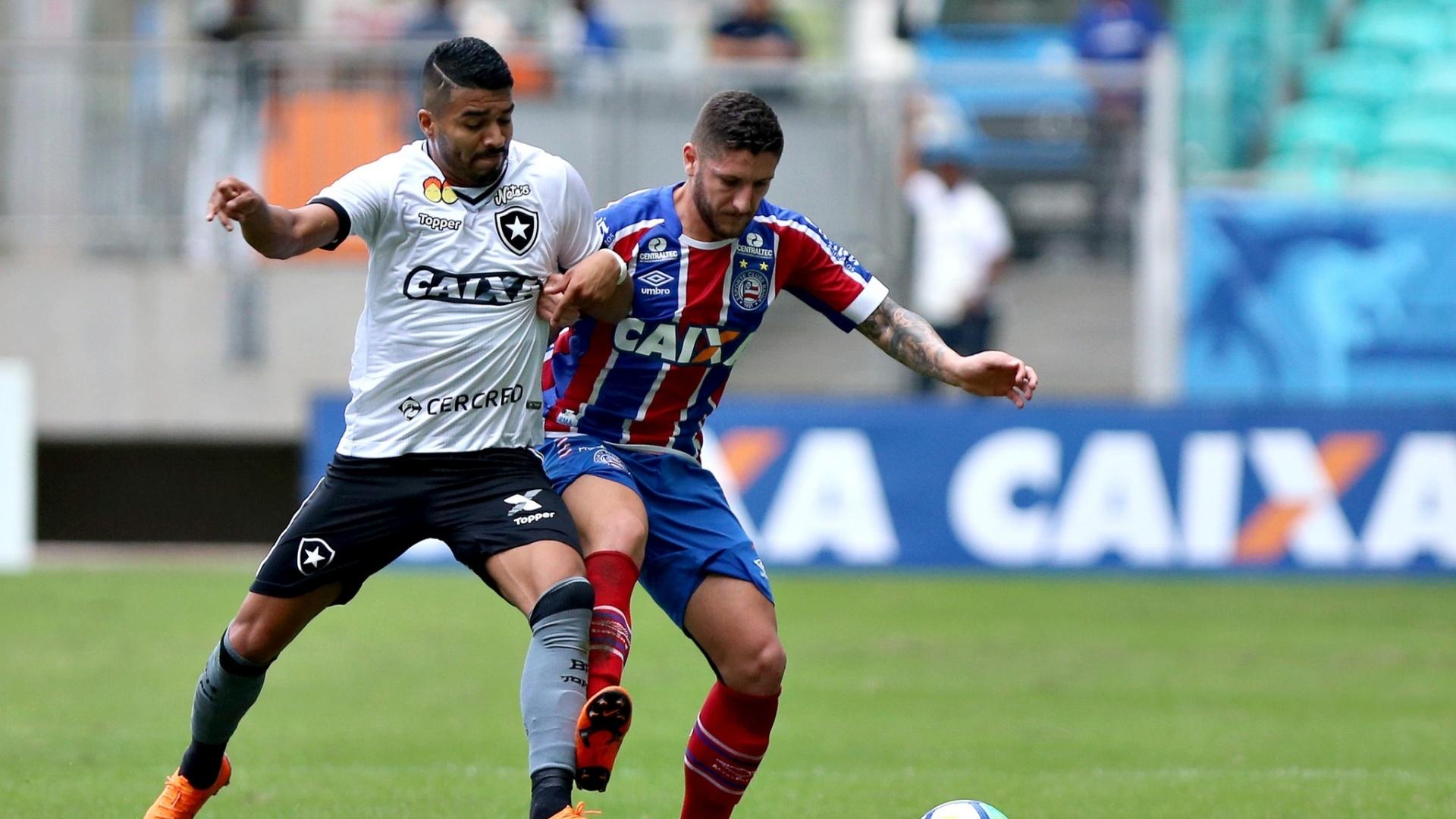 Jogadores de Bahia e Botafogo disputam a bola na Arena Fonte Nova