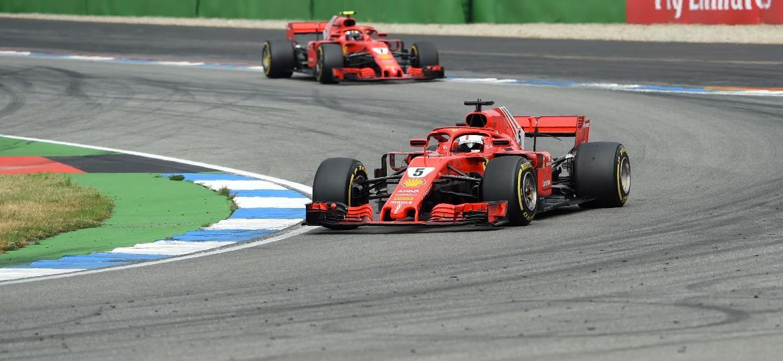 Raikkonen (fundo) cedeu a primeira colocação a Vettel após recomendação da Ferrari - Christof Stache/AFP