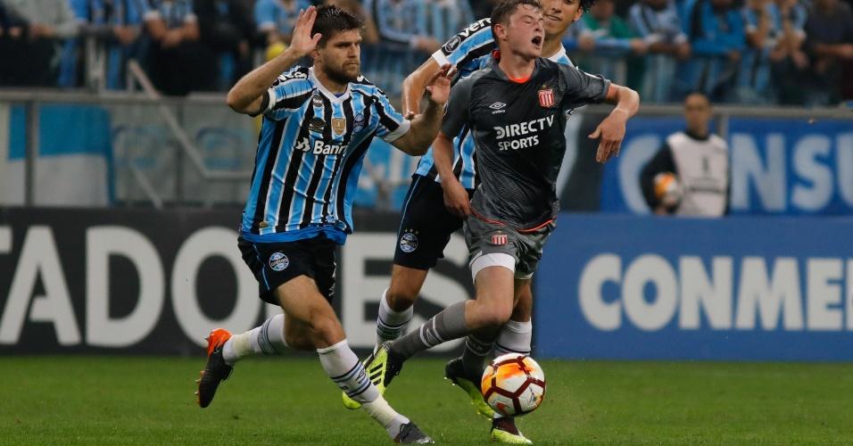 Kannemann faz a marcação em Matias Pellegrini na partida entre Grêmio e Estudiantes