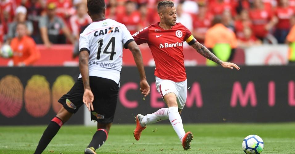 O atacante Nico López em lance da partida entre Internacional e Vitória