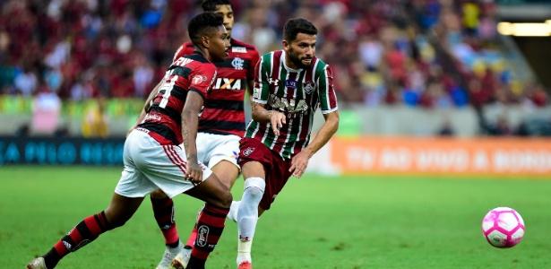 Jadson, do Fluminense, disputa a bola com Vitinho, do Flamengo, durante clássico