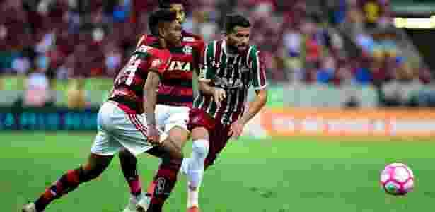 Jadson, do Fluminense, disputa a bola com Vitinho, do Flamengo, durante clássico - Thiago Ribeiro/AGIF