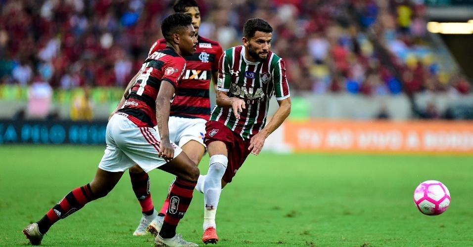 Jadson e Vitinho disputam bola durante clássico Fla-Flu no Maracanã