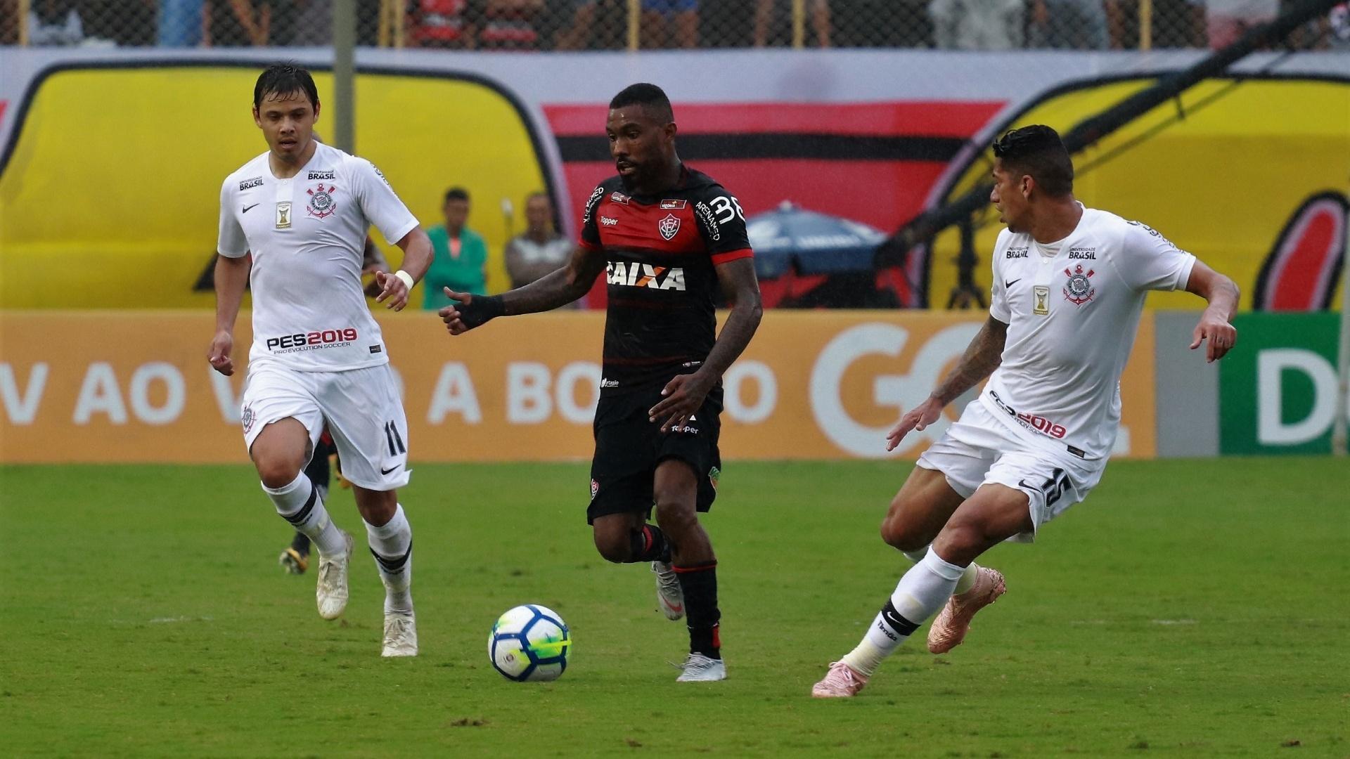 Lance da partida entre Vitória e Corinthians, no Barradão, pelo Brasileiro