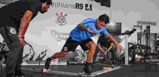 Ralf faz exercício de equilíbrio durante treino do Corinthians no CT Joaquim Grava - RICARDO MOREIRA/FOTOARENA/ESTADÃO CONTEÚDO