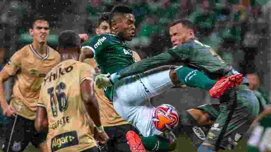 Lance de jogo entre Palmeiras e Santos no Campeonato Paulista de 2019 - Ale Cabral/AGIF