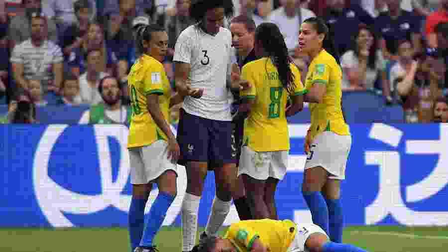 Renard observa Debinha caída, enquanto brasileiras reclamam com a arbitragem - Loic Venance/AFP