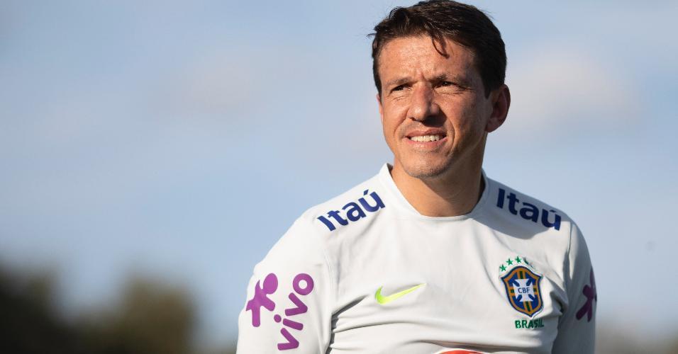Juninho observa o treino da seleção brasileira