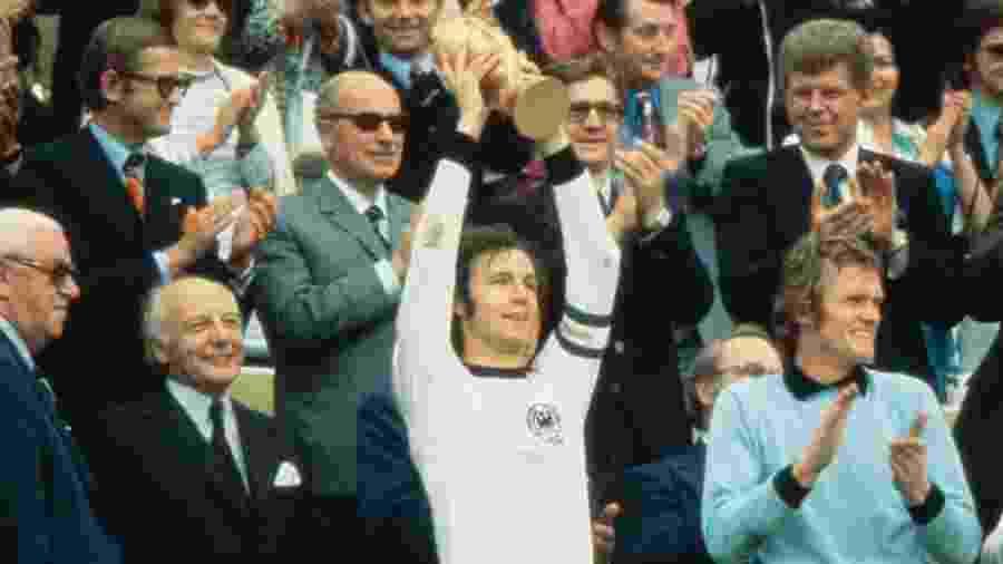 Franz Beckenbauer levanta o troféu da Copa do Mundo-1974 - Getty Images