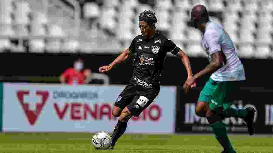 Honda, do Botafogo, disputa lance com Fabio Amaral, da Cabofriense, em goleada por 6 a 2 no Nilton Santos - Thiago Ribeiro/AGIF