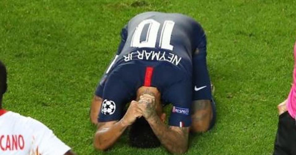 Neymar comemora vitória no gramado do estádio da Luz
