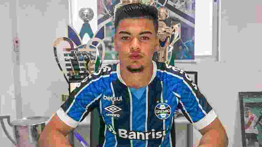 Luizão, de 17 anos, assinou primeiro contrato profissional com Grêmio - Divulgação