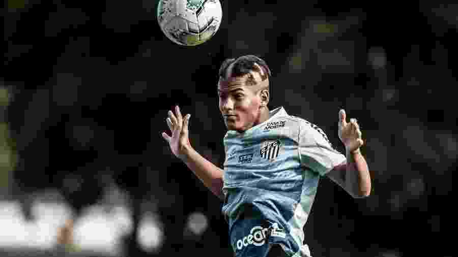 Ângelo, nova aposta do Santos de apenas 15 anos, sofreu o tradicional trote no treino - Ivan Storti/Santos FC