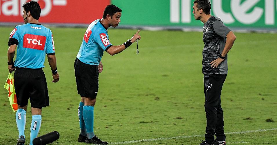 Árbitro conversa com o técnico Bruno Lazaroni, durante a partida entre Botafogo e Cuiabá