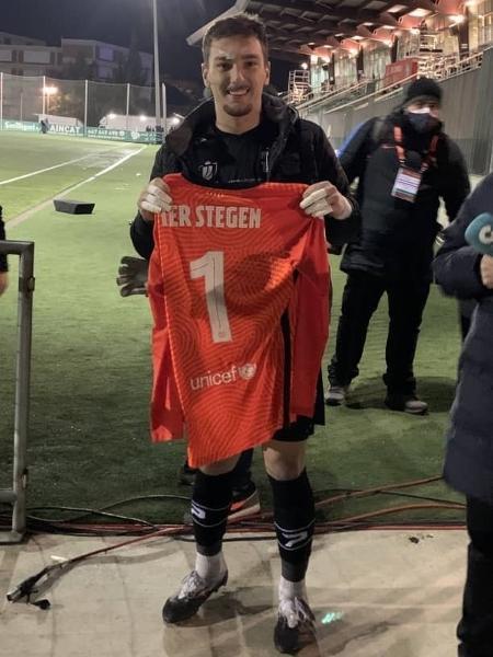 Ramón Juan com a camisa de Ter Stegen após a derrota do Cornellà para o Barcelona - Reprodução