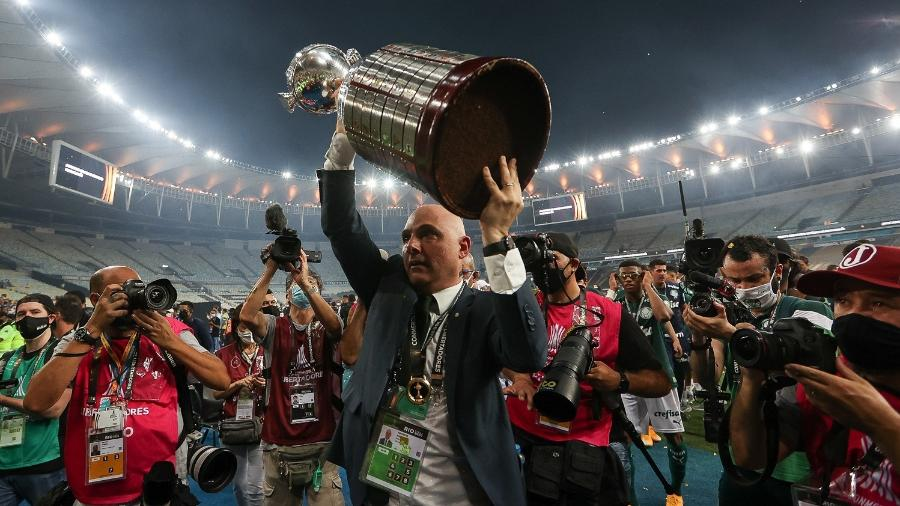 Maurício Galiotte levanta a taça da Copa Libertadores, após o título do Palmeiras - Cesar Greco