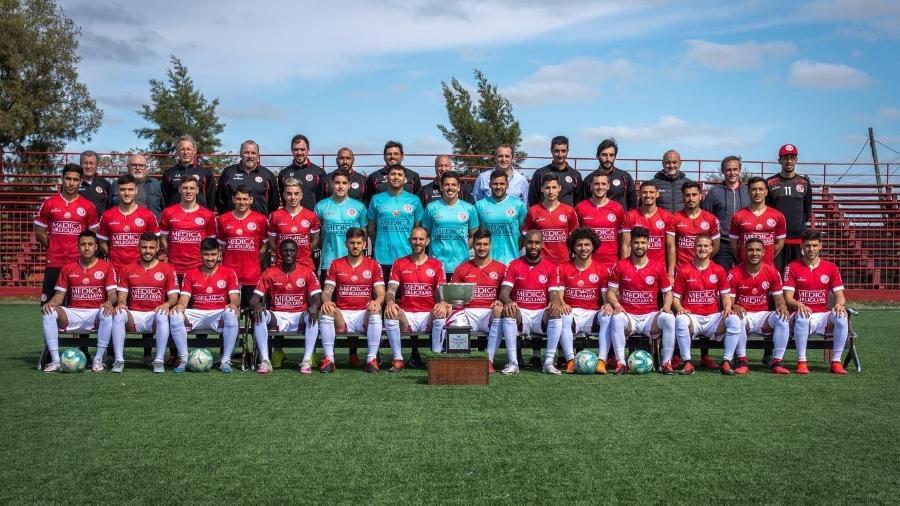 O elenco do Rentistas posa com a taça do Apertura do Campeonato Uruguaio - Reprodução/Facebook