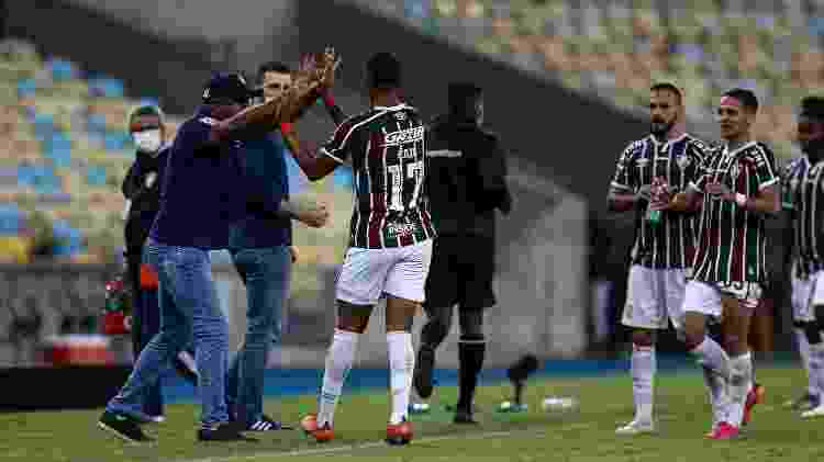 Caio Paulista comemora com Roger Machado após marcar o gol da virada do Fluminense na Libertadores - Lucas Merçon/Fluminense FC - Lucas Merçon/Fluminense FC