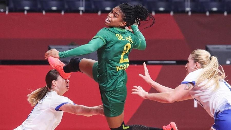 Bruna de Paula arremessa em jogo do Brasil contra a equipe russa na Olimpíada de Tóquio - Wander Roberto/COB