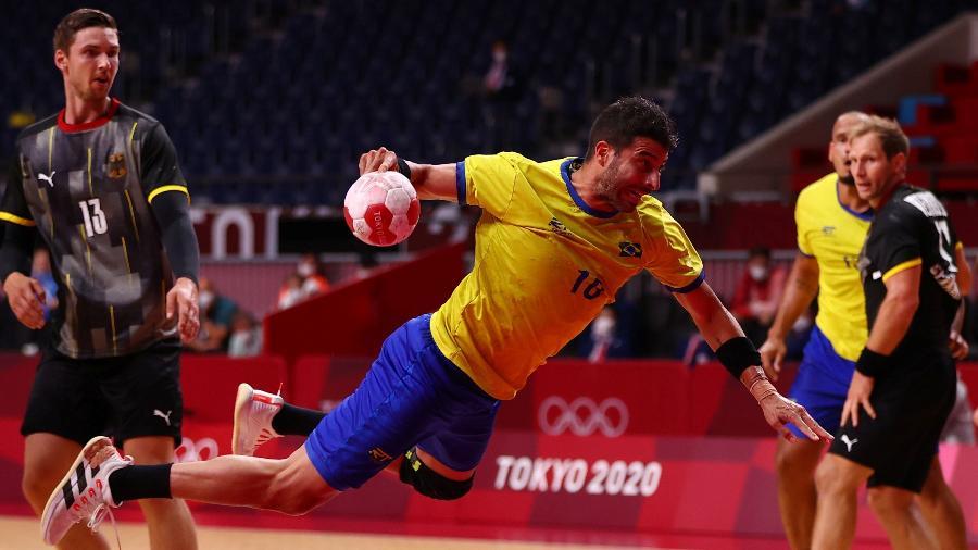 Felipe Borges, da seleção de handebol, em ação contra a Alemanha - Siphiwe Sibeko/Reuters