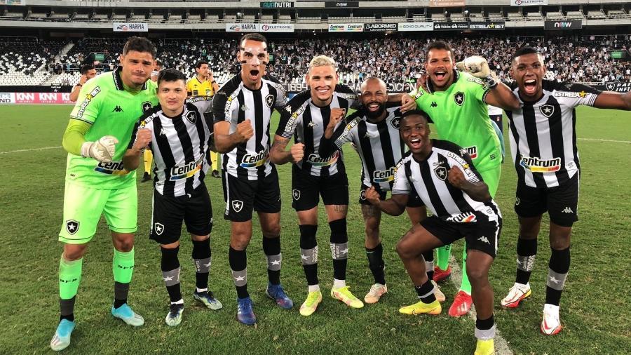 Jogadores do Botafogo comemoram vitória por 2 a 0 sobre o CRB no estádio Nilton Santos - Twitter do Botafogo