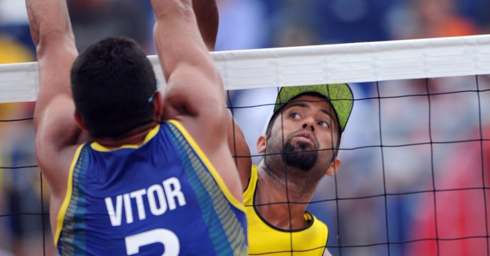 Vítor bloqueia o ataque do venezuelano, na partida que terminou com vitória da dupla brasileira por 2 sets a 1