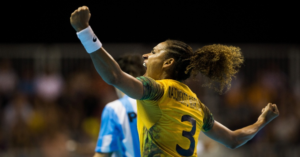 Alexandra comemora gol marcado pelo Brasil contra a Argentina na final do handebol feminino em Toronto
