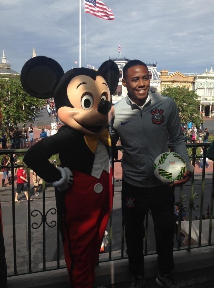 Representando o Corinthians, Elias posa ao lado do Mickey durante a Parada da Disney